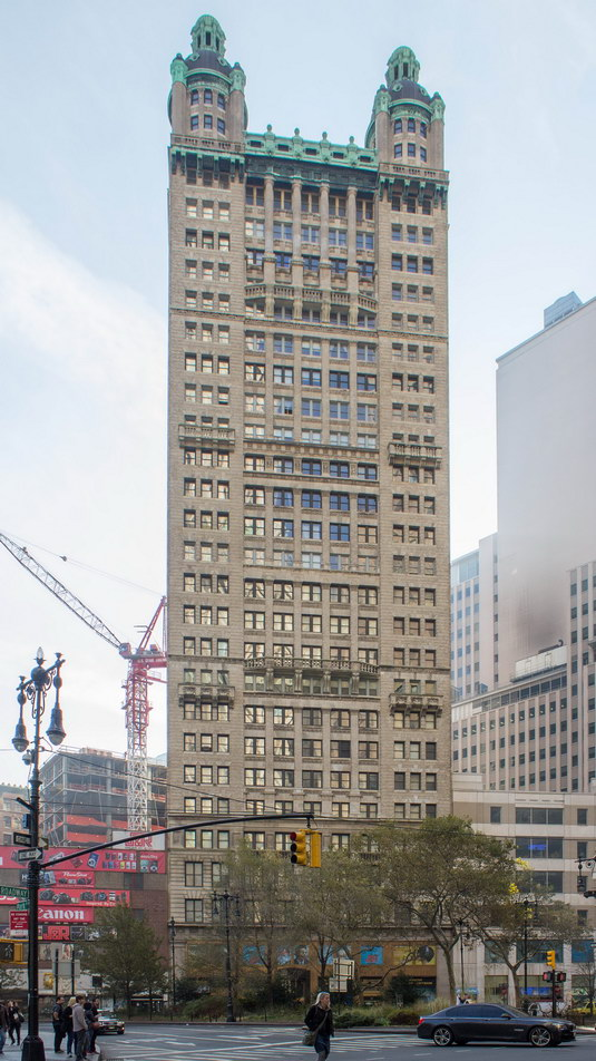 R. H. Robertson used horizontal bands to try to de-emphasize the building's height.